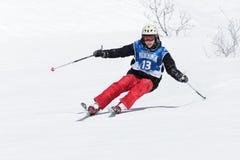 滑雪者乘坐陡峭的山 堪察加半岛,远东 免版税库存照片