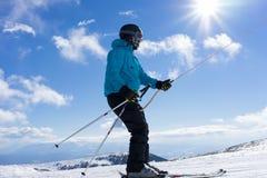 滑雪者享用雪在Kaimaktsalan滑雪中心,在希腊 rec 免版税图库摄影
