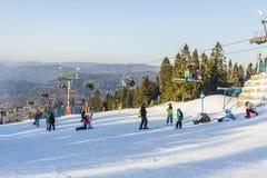 滑雪者和挡雪板倾斜的 免版税库存照片