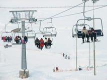 滑雪者和挡雪板是在滑雪电缆车(驾空滑车) 免版税图库摄影