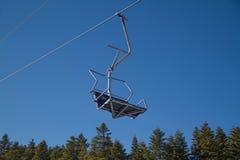 滑雪者和挡雪板滑雪电缆车的 库存图片
