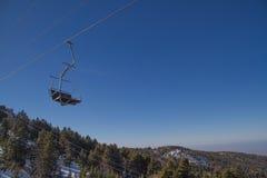 滑雪者和挡雪板滑雪电缆车的 免版税库存照片