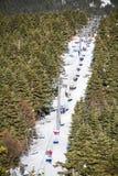 滑雪者和挡雪板滑雪电缆车的 图库摄影
