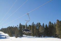 滑雪者和挡雪板滑雪电缆车的 免版税库存图片