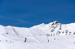 滑雪者和驾空滑车在瑟尔登,奥地利 库存图片