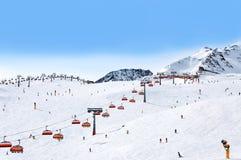 滑雪者和驾空滑车在瑟尔登,奥地利 库存照片