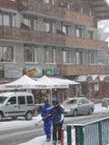 滑雪者回来到镇 免版税图库摄影