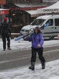 滑雪者回来到镇 免版税库存图片