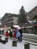滑雪者回来到镇 免版税库存照片