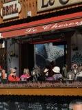 滑雪者在一家室外小餐馆放松 库存图片