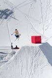 滑雪者在雪公园,滑雪胜地跳 免版税图库摄影