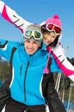滑雪者夫妇获得乐趣 免版税库存图片