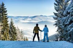 滑雪者夫妇 免版税库存图片