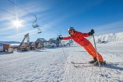 滑雪者摆在照相机在高mountaing的Gudauri手段  图库摄影