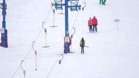 滑雪者攀登在阻力推力的山 影视素材