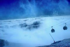 滑雪者攀登山 免版税图库摄影