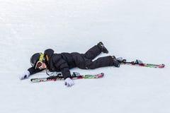 年轻滑雪者有排列在倾斜 图库摄影