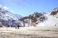 滑雪者村庄沼地的Azau 库存照片