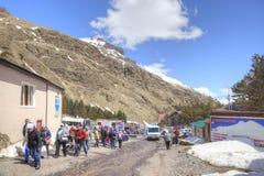 滑雪者村庄沼地的Azau 免版税库存照片