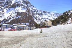 滑雪者村庄沼地的Azau 免版税库存图片