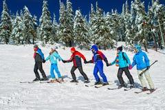 滑雪者来在楼上 免版税库存照片