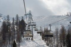 滑雪者的升降椅冬天雪的 免版税图库摄影