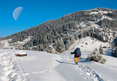 滑雪者起来上升和月亮 图库摄影