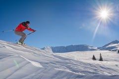 滑雪者跳跃 免版税库存图片