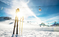 滑雪胜地和升降椅全景在法国阿尔卑斯 库存照片