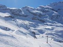 滑雪胜地山 免版税库存照片