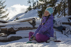 滑雪胜地的俏丽的女孩 免版税库存照片
