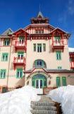 滑雪胜地的现代豪华旅馆 免版税图库摄影