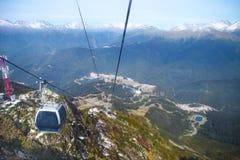 去滑雪胜地的缆车在索契 图库摄影