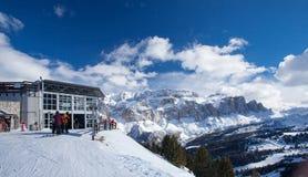 滑雪胜地看法在阿尔卑斯 免版税库存图片
