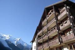 滑雪胜地豪华瑞士山中的牧人小屋旅馆,阿尔卑斯山,雪,拷贝空间 免版税库存图片