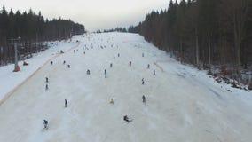 滑雪胜地#6,落的滑雪者下降小山,空中 影视素材