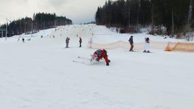 滑雪胜地#1,落的滑雪者 股票录像