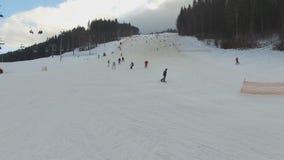 滑雪胜地#5,滑雪者下降小山,空中 股票录像