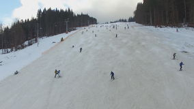 滑雪胜地#4,滑雪者下降小山,空中 股票录像