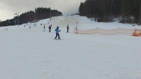 滑雪胜地#12,年轻滑雪者孩子 股票录像