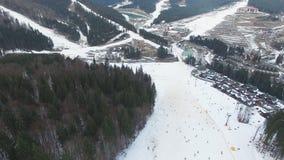滑雪胜地#14,滑雪者,驾空滑车,空中全景 股票录像
