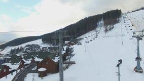 滑雪胜地#15,滑雪者,驾空滑车,空中全景 股票视频