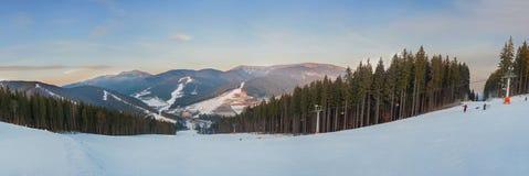 滑雪胜地Bukovel。在山的升降椅。 免版税库存图片