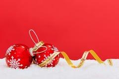 雪花中看不中用的物品和丝带在红色背景。 免版税库存照片