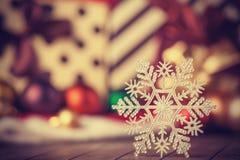 雪花和圣诞节礼物。 库存图片