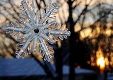 雪花在窗口里,冬天风景在背景中 图库摄影