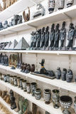 雪花石膏花瓶和小雕象在埃及纪念品店 免版税库存图片