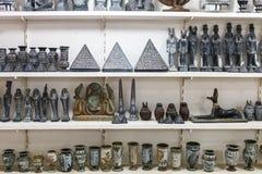 雪花石膏花瓶和小雕象在埃及纪念品店 免版税库存照片