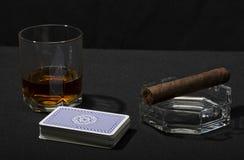雪茄、卡片和觚威士忌酒 免版税库存图片