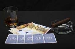 雪茄、觚威士忌酒、卡片和金钱 免版税库存照片